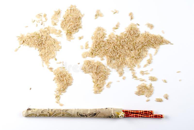 世界的地图由未加工的自然米制成在白色背景 图库摄影