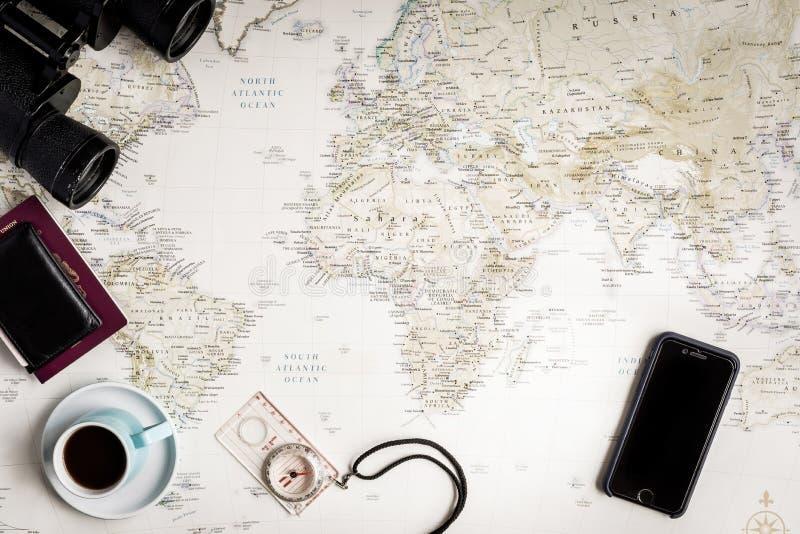 世界的地图的顶视图旅行计划的与葡萄酒神色 免版税库存照片
