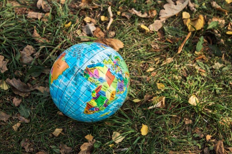 世界的地球在秋天草的 库存图片