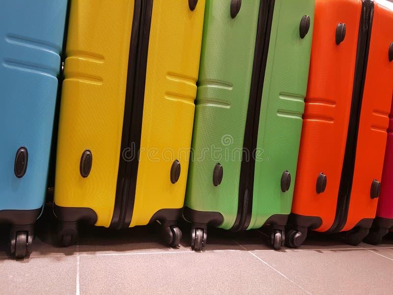 世界的旅客的色的手提箱 免版税库存照片