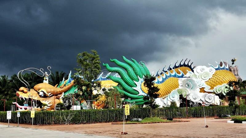 世界的最大和最长的龙雕象&隧道在世界在雍彭,柔佛州,马来西亚,黑暗的天空背景 库存图片