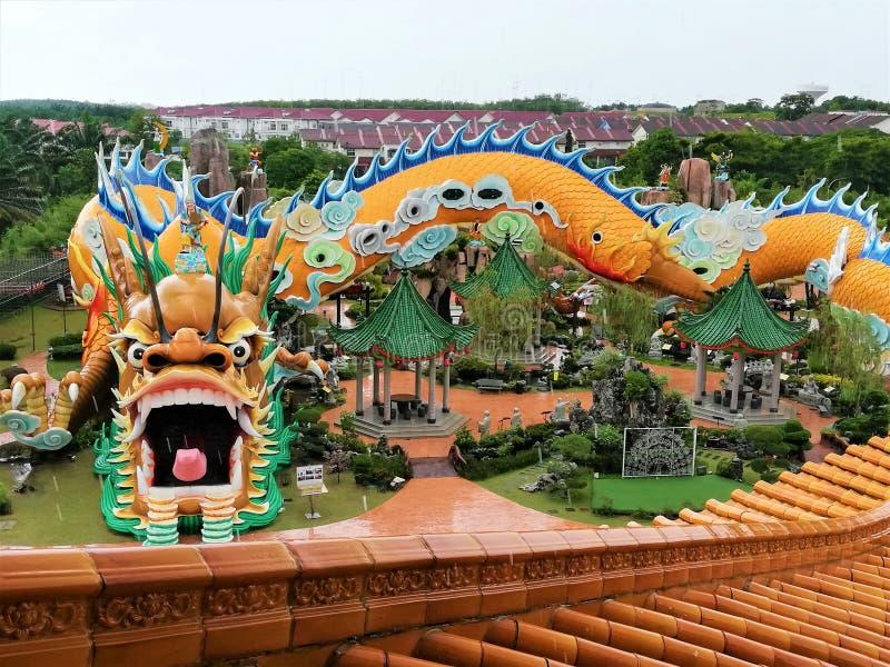 世界的最大和最长的龙雕象&隧道在世界在雍彭,柔佛州,马来西亚,115米的长度的 图库摄影