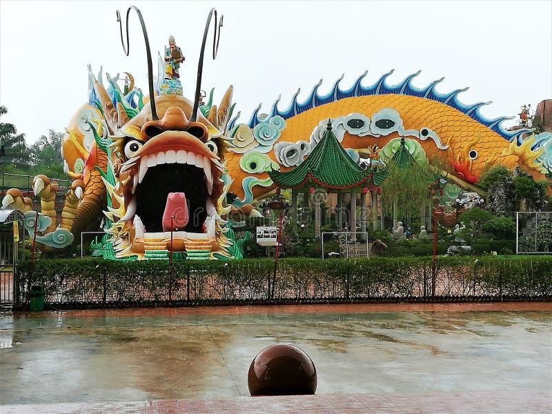 世界的最大和最长的龙雕象&隧道在世界在雍彭,柔佛州,马来西亚,115米的长度的 库存照片