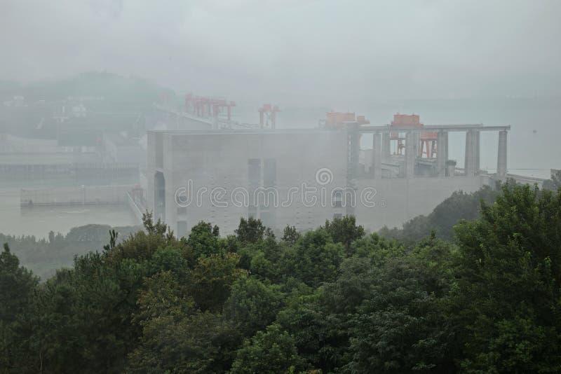 世界的最大的水力发电的动力火车-在长江的三峡大坝在中国 免版税库存照片