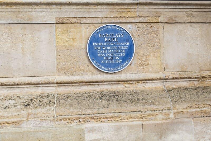 世界的第一个ATM 在埃菲尔德纪念世界的第一台现钞机的巴克莱的蓝色匾 免版税库存照片