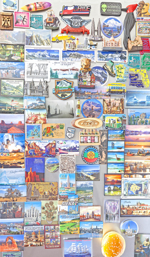 从世界的纪念品磁铁在冰箱 免版税图库摄影