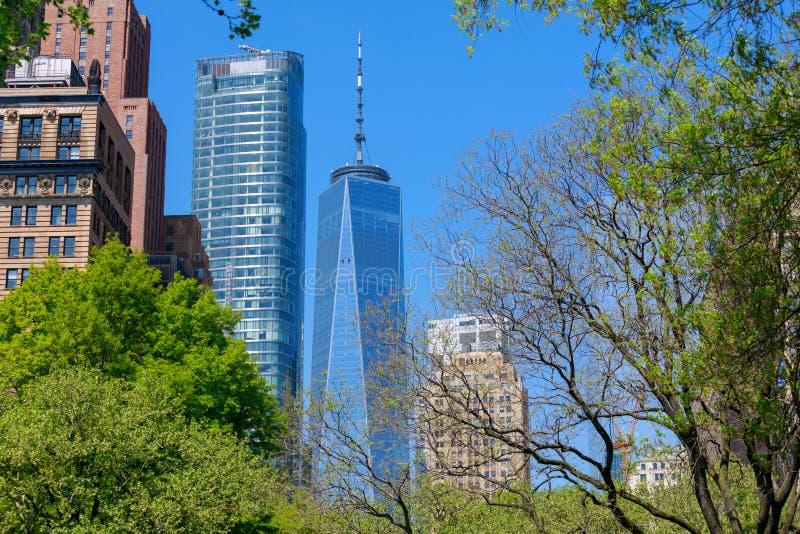 世界贸易中心一号大楼和大厦,从巴特里公园, NYC的看法 库存照片
