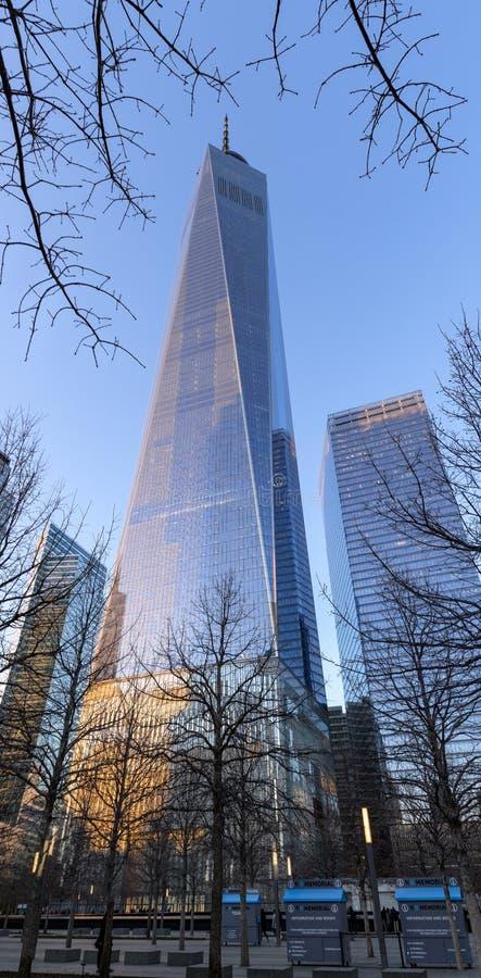 世界贸易中心一号大楼摩天大楼垂直的全景日落的 降低曼哈顿,财政区,纽约 库存图片