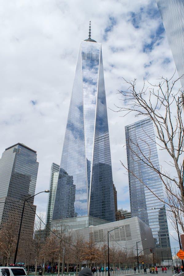 世界贸易中心一号大楼,自由塔摩天大楼和大厦反射春天多云蓝天,纽约 图库摄影