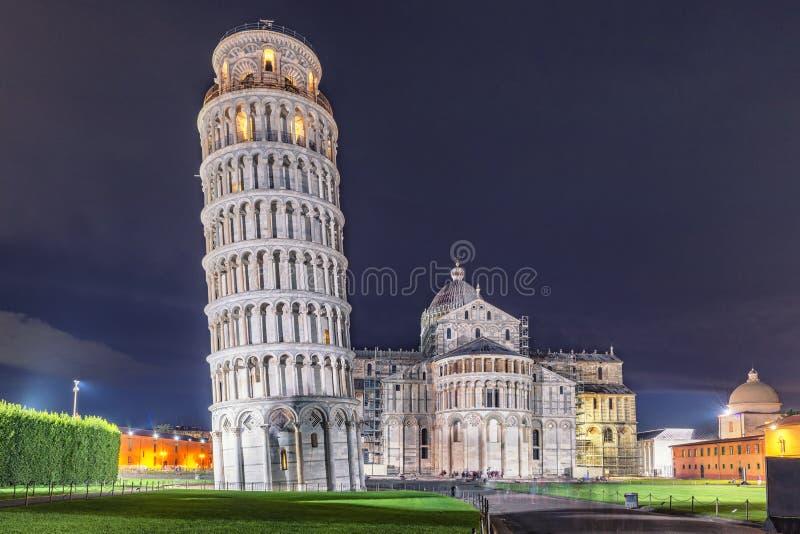 世界遗产比萨塔、洗礼池和大教堂在晚上 免版税库存照片