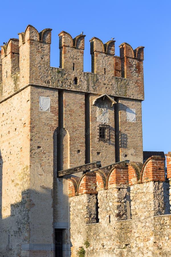13世纪中世纪石头Scaliger城堡加尔达湖的,西尔苗内,意大利帝堡城Scaligero 免版税库存图片