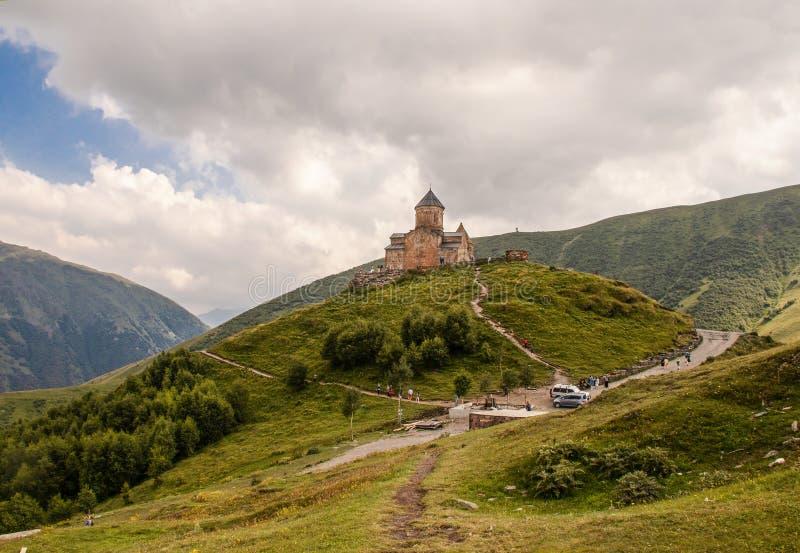 14世纪在Gergeti附近村庄的Gergeti纽约三一教堂在北边界附近的乔治亚与在村庄附近的俄罗斯  库存图片