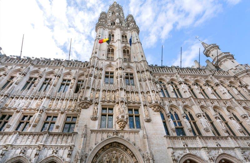 15世纪城镇厅,联合国科教文组织世界遗产名录站点的哥特式雕塑和塔在布鲁塞尔 免版税库存图片