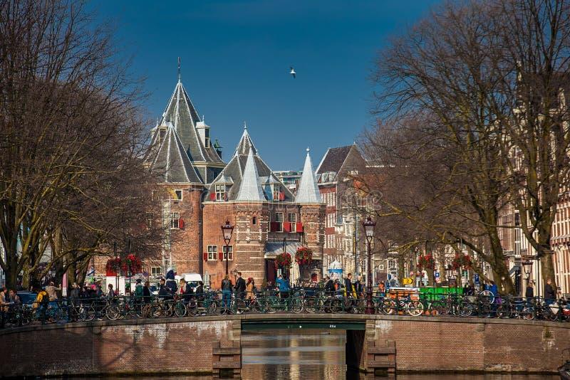 15世纪大厦Nieuwmarkt广场找出阿姆斯特丹、自行车和Waag的美丽的运河  免版税图库摄影