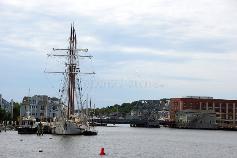 19世纪帆船和河沿码头 库存图片