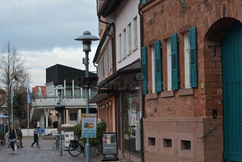 世纪广场platz,市场建筑学街市在迪堡在城堡Fechenbach附近的一个老历史建筑在迪堡,德国 免版税库存图片