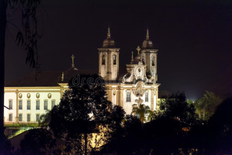 18世纪的古老的天主教堂夜视图  免版税库存图片