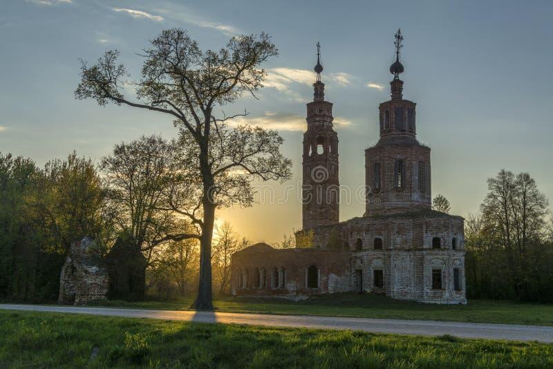 18世纪的老被破坏的教会在Kolentsy,俄罗斯村庄在晚上 免版税库存照片