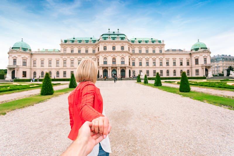 18世纪的贝尔维德雷宫复合体背景的女性旅客在维也纳,奥地利 免版税库存图片