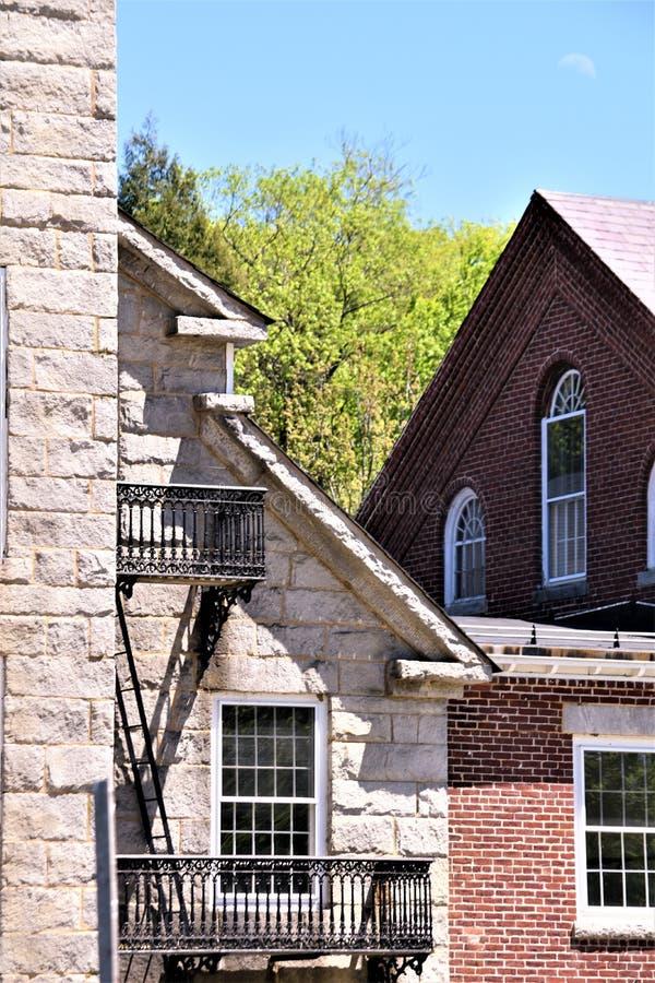 18世纪羊毛磨房建筑看法在Harrisville设置了,新罕布什尔,美国田园镇  免版税图库摄影