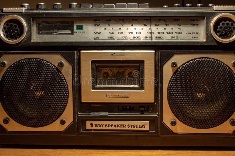 20世纪70年代和80s音乐听通过卡式磁带,一个磁存储器设备 收音机是非常大 免版税库存图片