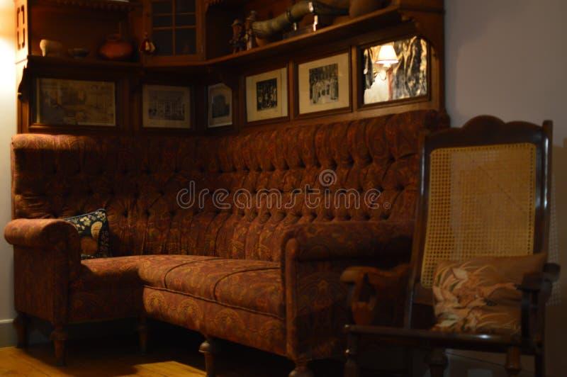 20世纪50年代的摇椅和布料沙发分开尼斯客厅 免版税库存图片