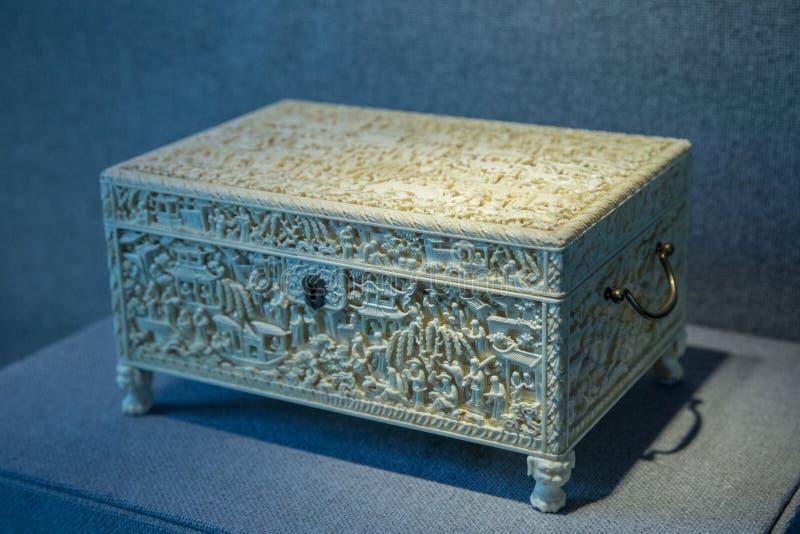 19世纪1801-1900种古色古香的象牙雕刻工艺,庭院故事tougue箱子 图库摄影