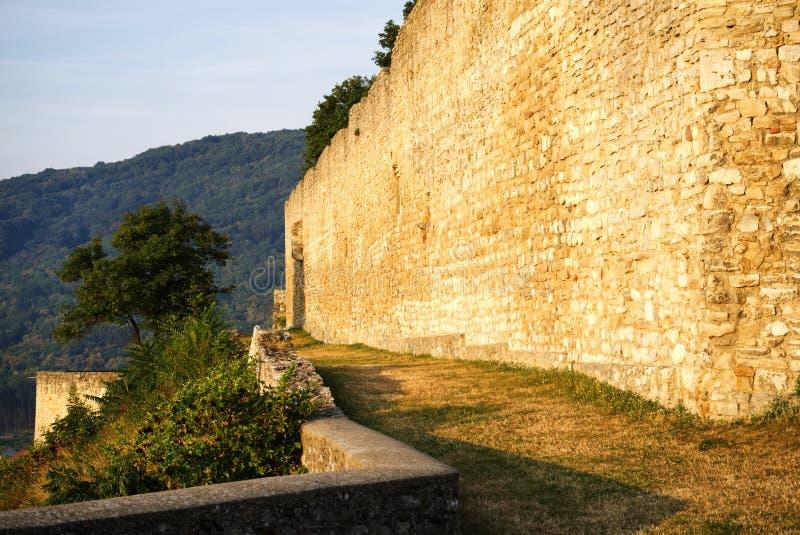 世袭的社会等级废墟墙壁和日出光 库存图片