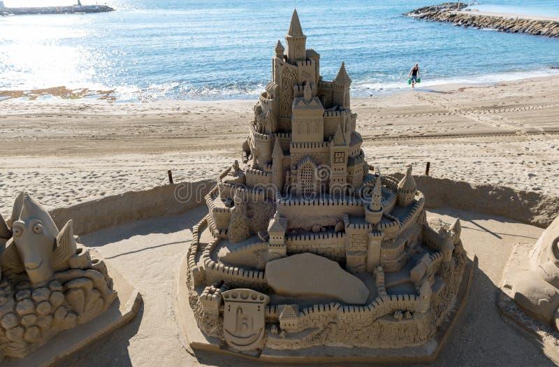 世袭的社会等级由沙子修造制成在镇的中央海滩 免版税库存照片