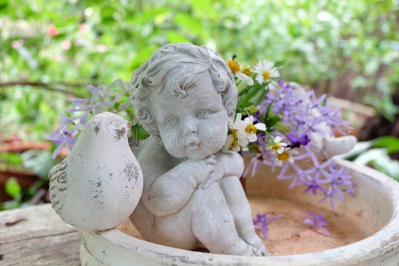 Download 丘比特和花 库存照片. 图片 包括有 玻璃, 宗教信仰, 子项, 雕塑, 石头, 装饰, 平安, 设计, 花卉 - 72356076