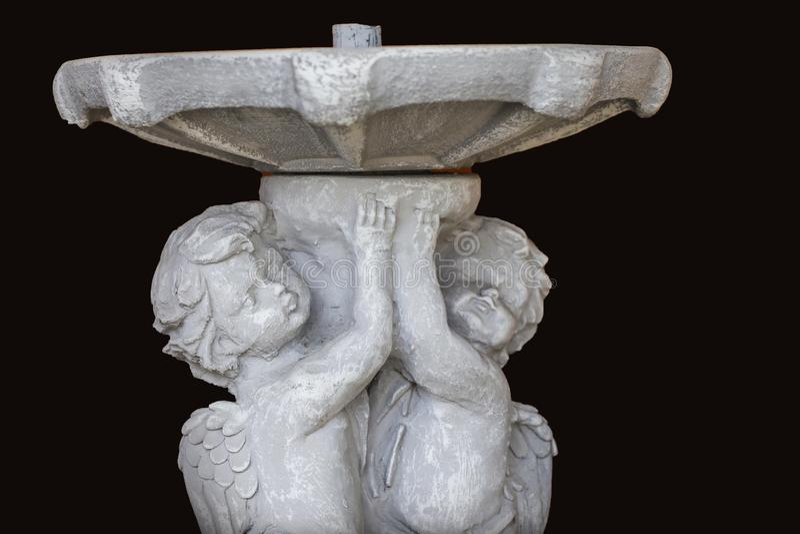 丘比特雕象喷泉在黑背景中 库存图片