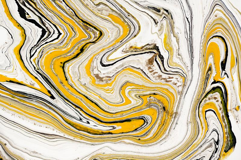 丙烯酸漆混合物  现代艺术品 黄色和黑混杂的丙烯酸漆 液体大理石纹理 可适用为 库存照片