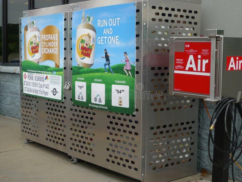 丙烷圆筒在加油站的交换和空气软管 图库摄影
