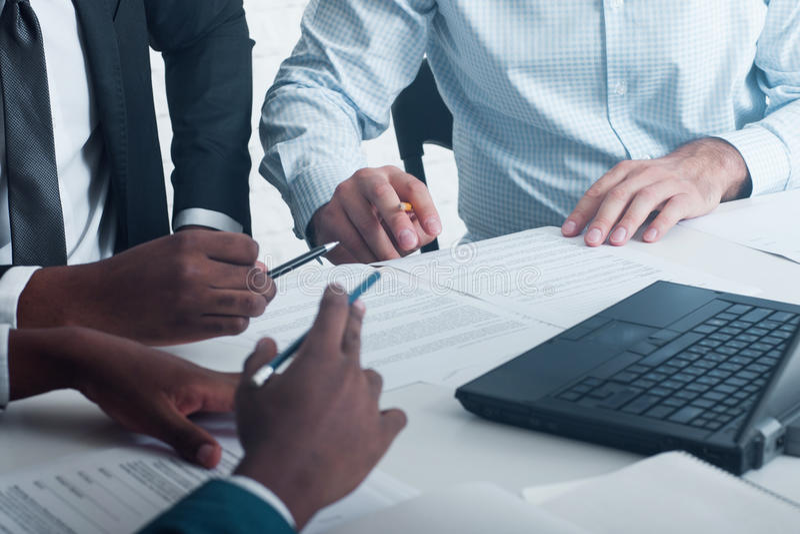业务会议、签署的文件和合同 免版税图库摄影