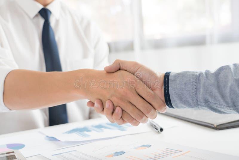 业务会议协议握手概念,手藏品在成交项目或交易成功的完成以后在交涉 库存图片