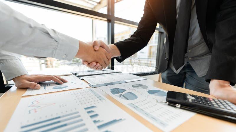业务会议协议握手概念,手藏品在成交项目或交易成功的完成以后在交涉ov 库存图片