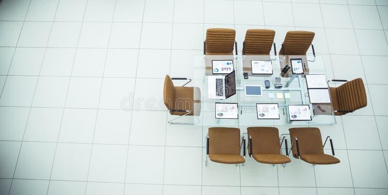 业务会议商务伙伴的被装备的书桌在现代会议室 库存图片