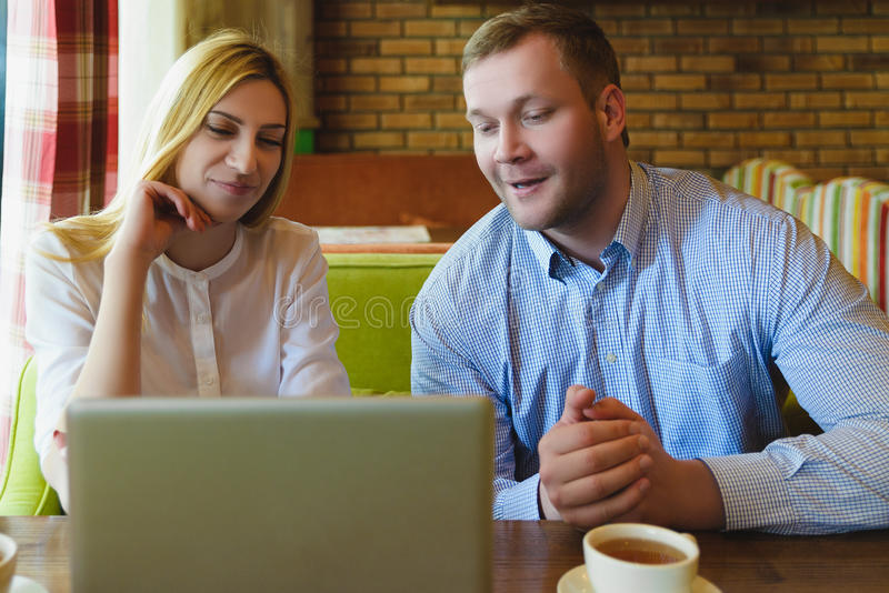 业务会议在咖啡馆 膝上型计算机人使用 库存图片