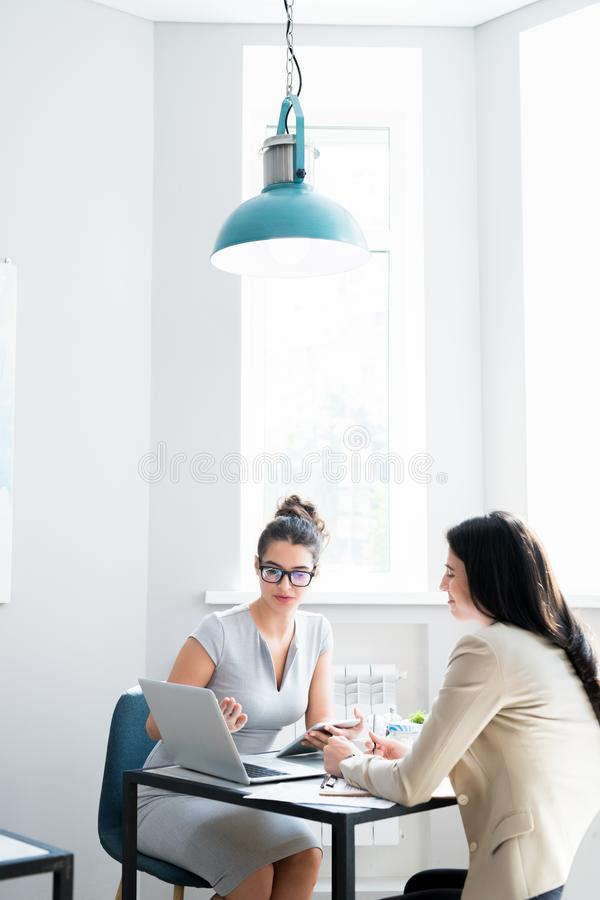 业务会议在现代咖啡馆 免版税库存图片