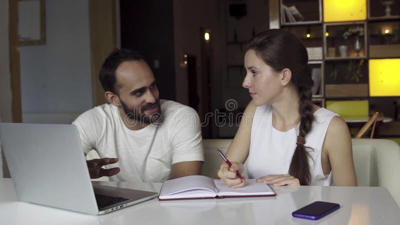 业务会议小组 谈论混合的族种人的起始的想法 库存图片