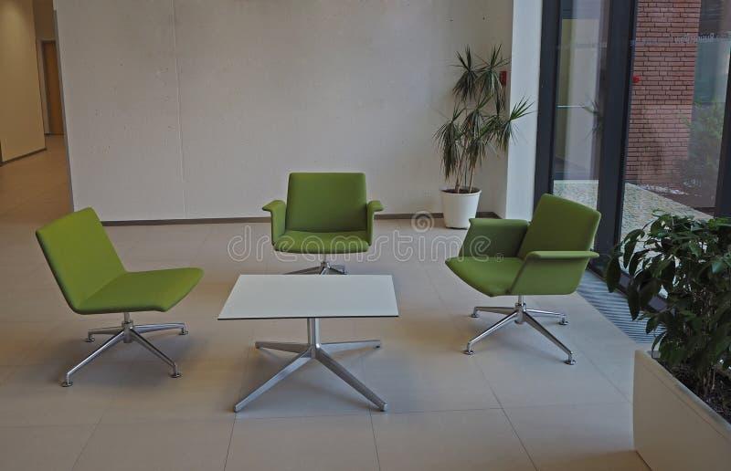 业务会议房间三绿色椅子和方形的桌 免版税库存图片