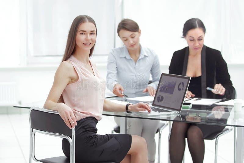 业务会议,女商人Explain分析公司的销售计划 免版税库存图片
