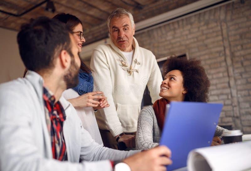 业务会议-同事讨论,谈和分享ide 免版税库存图片