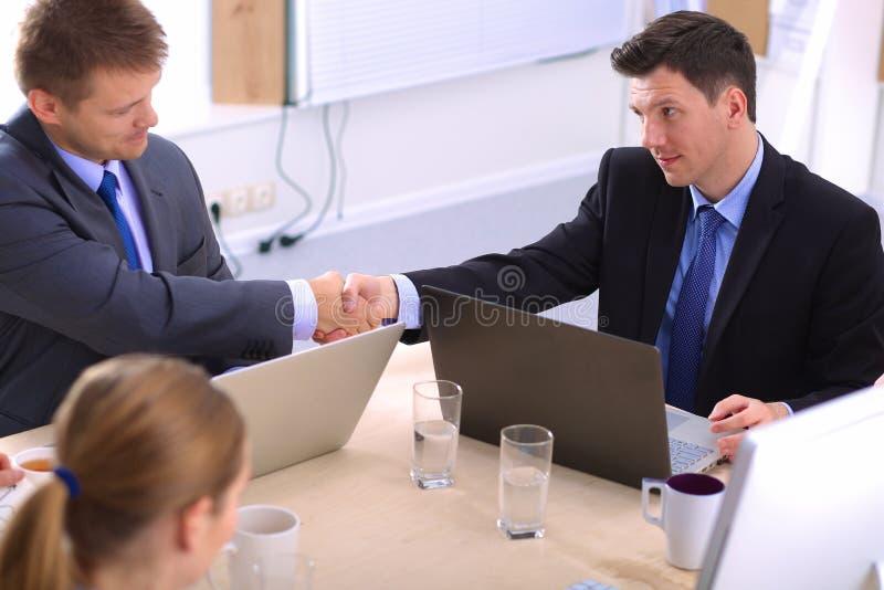 业务会议-经理谈论工作与 库存照片
