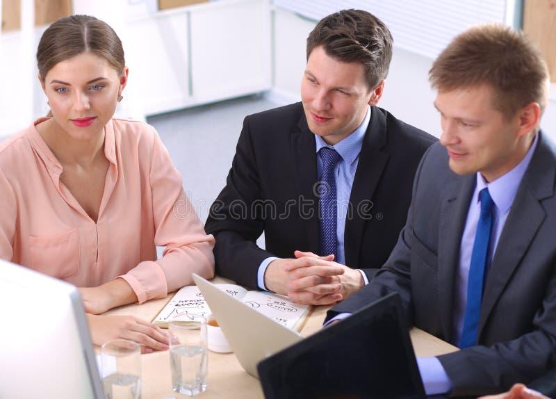 业务会议-经理谈论工作与 免版税库存图片