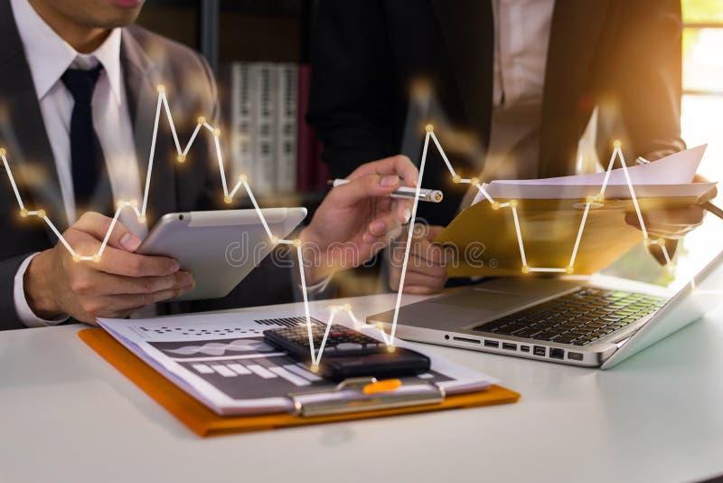 业务团队会议演示。专业投资者正在处理新的启动项目。财务经理任务。.业务团队会议演示。专业 免版税库存图片