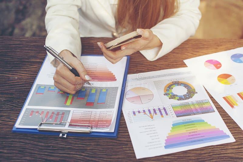 业务报告、手机和在书桌放置的企业总结 连通性的网上和互联网 企业工作在家 库存照片