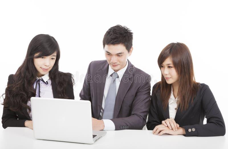 业务组与膝上型计算机一起使用 免版税库存图片