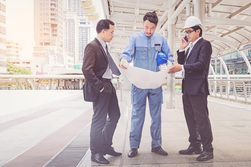 业务经理和工程师会议在建筑si射出 免版税库存照片