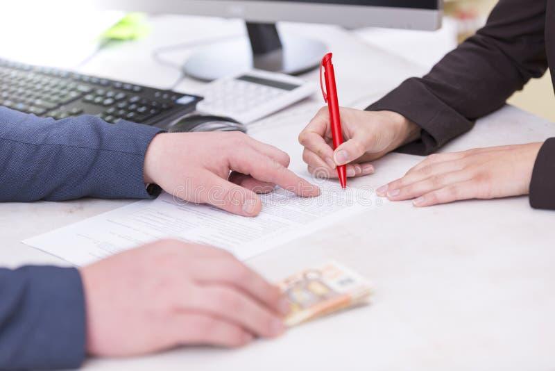 业务组象征性人的情形 Busineswoman签署的放款合同,同金钱,欧洲钞票  免版税库存照片